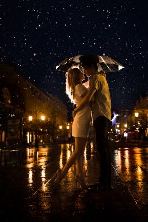 ıslak: Çatısı altında çift öpüşme yağmur Silhouette Aşk