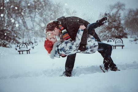 FOTO TË MUJIT JANAR 2015 - Faqe 2 26013242-gl-ckliche-junge-paare-in-winter-park-mit-spass
