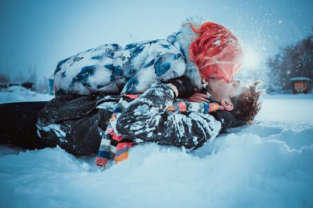 Felice giovane coppia in Winter Park con Ambientazione esterna fun.Family. amore bacio
