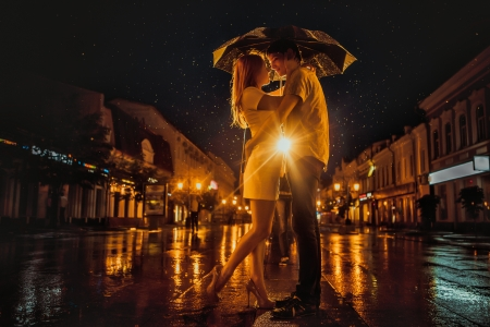 verliefd stel: Liefde in de regen  Silhouet van het kussen van paar onder paraplu Stockfoto