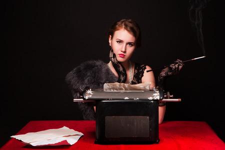 Het mooie meisje op een typemachine. Retro
