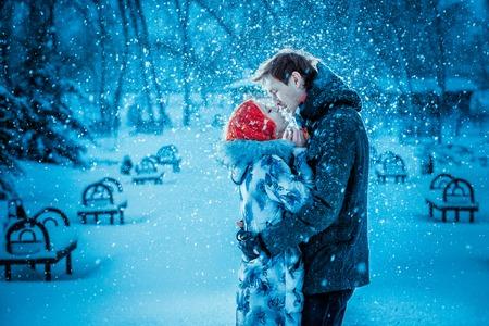 幸せな若いカップル ウィンター パークで楽しんで。屋外の家族。愛のキス