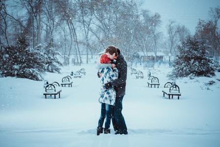 冬の公園で幸せな若いカップル 写真素材