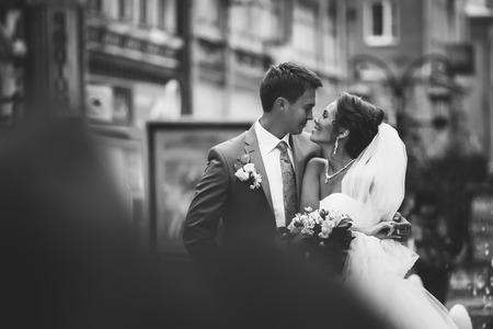 Pareja feliz en el día de la boda. La novia y el novio. Foto de archivo - 27072446