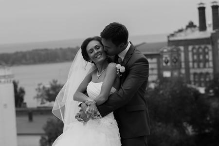 結婚式の日に幸せなカップル。花嫁と花婿。 写真素材