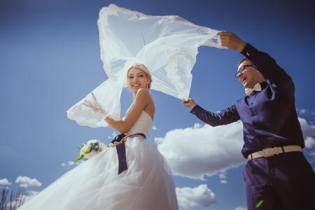 interracial marriage: Recentemente wed le coppie ballare vicino ad un lago Archivio Fotografico