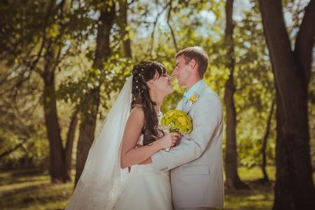 pareja de esposos: Pareja casada en abrazar bosque Foto de archivo