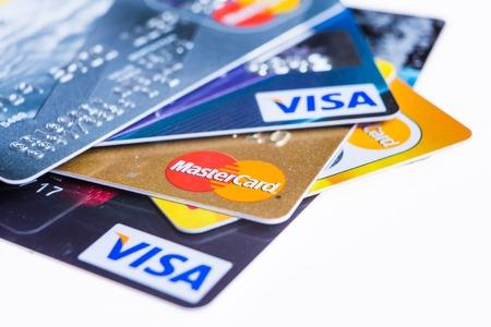 Samara, Rusland-3 februari 2015: Close-up studio-opname van kredietkaarten uitgegeven door de drie grote merken American Express, VISA en MasterCard.