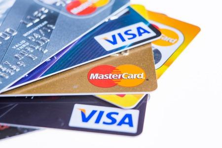 Samara, Rusia-03 de febrero 2015: Primer tiro del estudio de las tarjetas de crédito emitidas por las tres marcas principales de American Express, VISA y MasterCard. Foto de archivo - 36461466