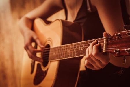 어쿠스틱 기타를 연주 여자의 손을 닫습니다
