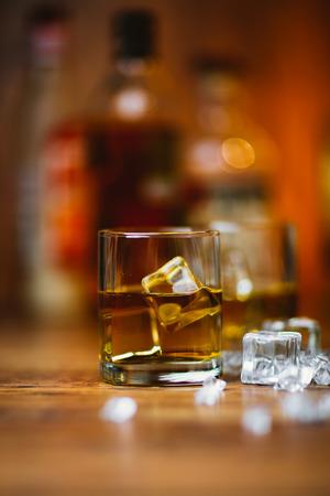 Whisky dranken op hout in de bar Stockfoto