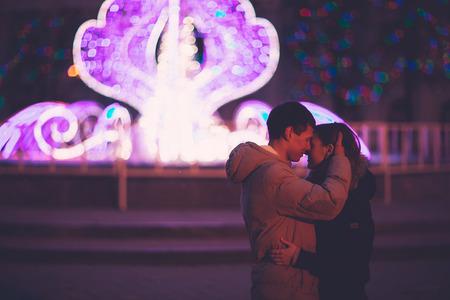 Portret van jonge mooie paar kussen in een herfst nacht