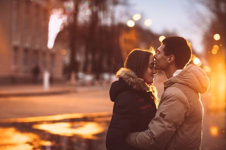 uomo sotto la pioggia: Ritratto di giovane bella coppia baciarsi in un giorno di pioggia in autunno