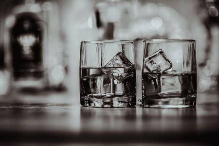 2 glazen whisky zwart en wit Stockfoto