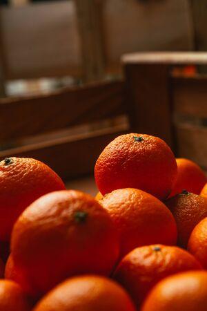Mandarinas frutas frescas en una caja de madera Foto de archivo - 50248311