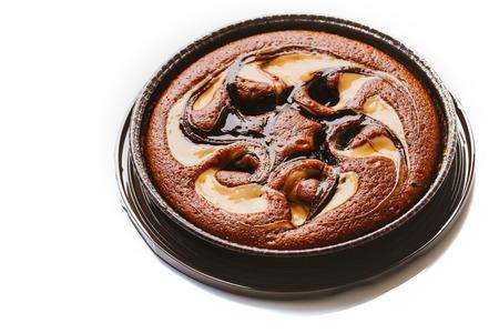 truffe blanche: Gâteau à la truffe de remplissage sur un fond blanc. Banque d'images