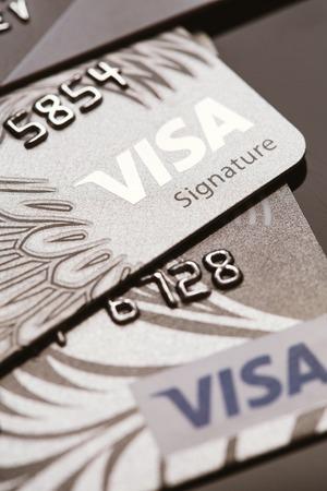 サマラ、ロシア-7 月 25.2016: いくつかのビザ クレジット カード クローズ アップ。 報道画像