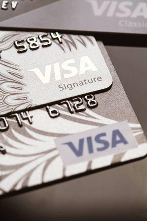 tarjeta visa: Samara, Rusia-Julio 25,2016: varias tarjetas de cr�dito Visa primer plano.