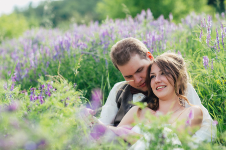 lavanda: portrait of the bride and groom resting on a lavender background. Stock Photo