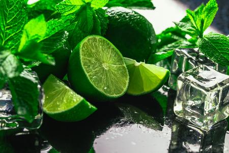 frische grüne Eiswürfel Minze und Kalk Close-up auf einem dunklen Hintergrund. Standard-Bild