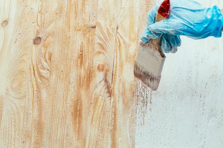 close-up hand gebruik penseel verf wit op hout oppervlak