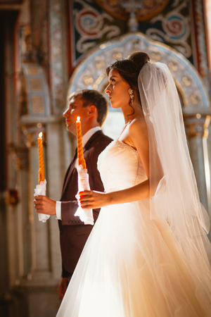 newlyweds wedding ceremony in the church,wedding ceremony, glans Banque d'images