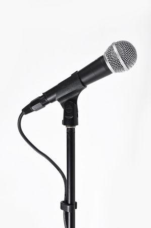 concerto: Foto de micr�fono de concierto con una cuerda sobre un fondo blanco  Foto de archivo