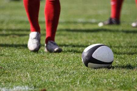Ballon de rugby sur le terrain. Banque d'images