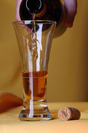 黄色の背景上のワインのガラス。