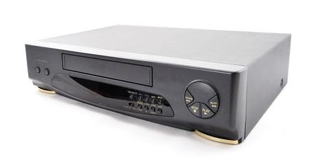 白い背景の上の古いビデオ カセット レコーダー。フロント側。