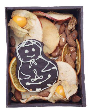 casita de dulces: Hombre chocolate casero dentro de casa abierta de caramelo. Aislado en el fondo blanco.