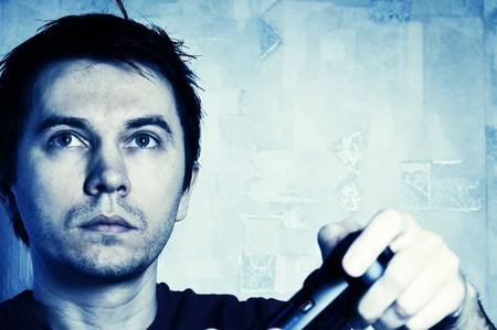Homme avec tampon de jeu jouant le jeu vid�o. Teinte bleue. Banque d'images