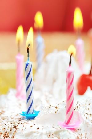 誕生日ケーキのろうそく。フィールドの狭い深さ。クローズ アップ。オレンジ色の色合い。 写真素材