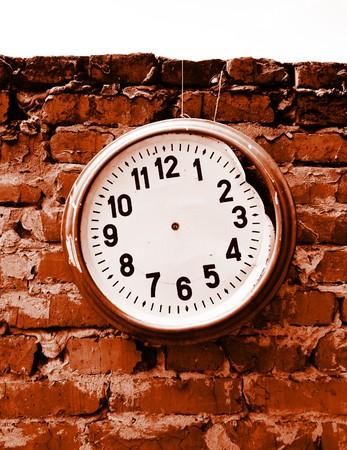 Broken Clock ohne Hände auf die Ziegelmauer. Standard-Bild - 8027054