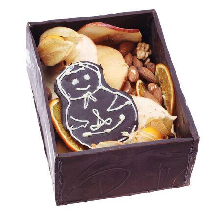 casita de dulces: Hombre de chocolate casero dentro de casa abierta de caramelo. Aislado en el fondo blanco.  Foto de archivo