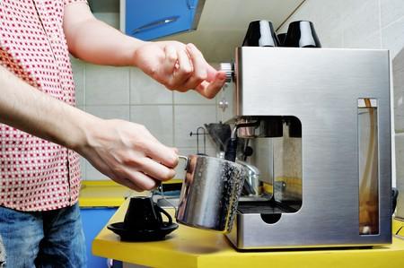 Machine � caf� � le ?uvre dans la cuisine.