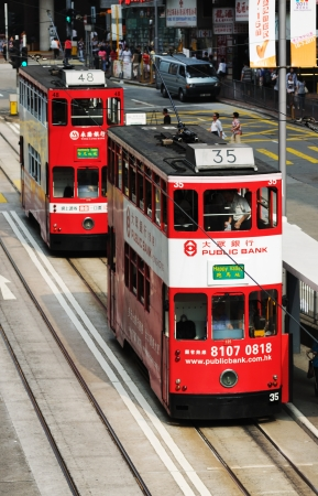 HONG KONG - 18 JUILLET: Double-decker tramway sur la rue de Hong Kong. Hong Kong, Chine - 18 Juillet, 2011. �ditoriale