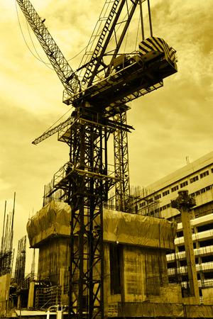 grue  tour: Grue � tour sur le site de construction. Teinte jaune.