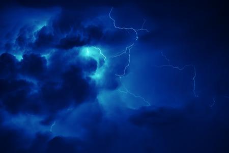 Fantastische Thunderbolt in dunklen Nachthimmel. Standard-Bild - 42136066