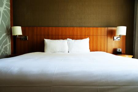 ホテルの空のキングサイズ ベッド。
