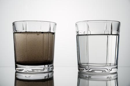 Gläser mit sauberem und schmutzigem Wasser schließen. Konzept der Wasserverschmutzung