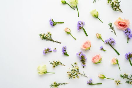 rose buds, eustoma, limonium inflorescences on white background, flower arrangement, top view, flat lay Banque d'images