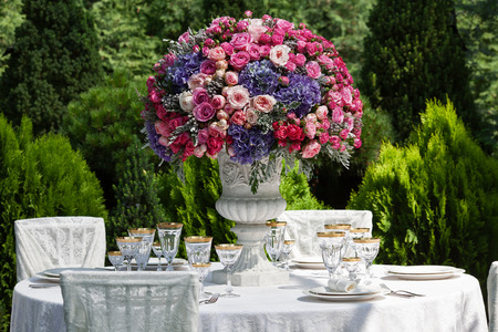 flower arrangement white table: Table setting at a luxury wedding reception Stock Photo