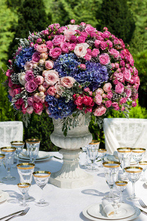 Table setting at a luxury wedding reception outdoors Stockfoto