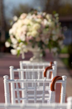 rosas blancas: Fila de las sillas de la boda
