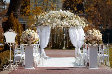 arreglo de flores: Arco de la boda en el jardín Foto de archivo