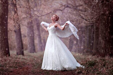 femme romantique: Mariée dans une robe de mariée dans les bois
