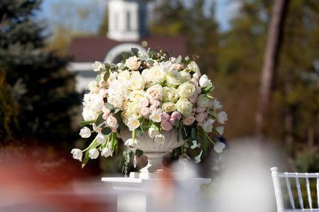 arreglo floral: rosas frescas en florero de cerámica
