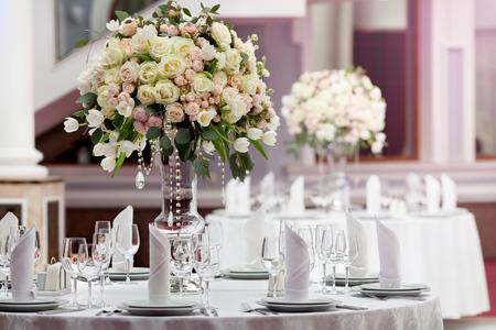 豪華な結婚披露宴でのテーブルの設定