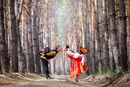 acordeon: Hermosa womanl y hombre en un traje nacional ruso Foto de archivo